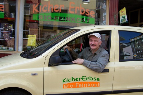 Inhaber Willi Fassbender im Lieferfahrzeug